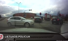 """Nufilmuota: Šiauliuose policininkę partrenkęs """"Opel"""" vairuotojas nė nebandė stabdyti"""