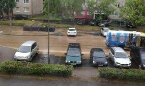 Kaune prakiurus kanalizacijos vamzdžiui visą gatvę užtvindė nuotekos