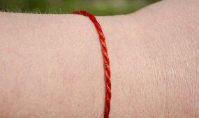 Ką reiškia raudonas siūlas ant riešo ir kaip teisingai jį užsirišti?