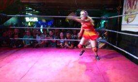 Merginų imtynės, labiau primenančios šokį nei žiaurią kovą