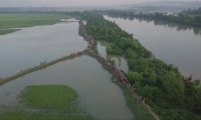 Bepilotis nufilmavo į Bangladešą iš Mianmaro bėgančius tūkstančius rohinjų musulmonų