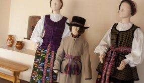 Kapsės merginos kostiumas. Vilkaviškio rajonas XIX a. antroji pusė. 2. Zanavyko berniuko kostiumas. Šakių rajonas, XIX a. antroji pusė. 3. Kapsės moters kostiumas. Marijampolės rajonas, XIX a. antroji pusė.