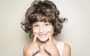 Tragiškai abiejų tėvų netekęs berniukas verčia visus šypsotis