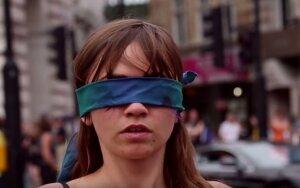 Drąsi moteris Londono centre apnuogino ne tik kūną