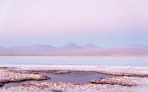 """Purpurinis vakaras """"varva"""" druskos dykynėje. Saulėlydžiai ir saulėtekiai Atakamoje viską nudažo ryškiomis spalvomis"""