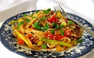Kinų virtuvė: makaronai su daržovėmis ir saldžiarūgščiu padažu