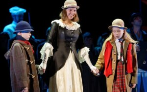 """Jaunieji """"Penkių Merės stebuklų"""" solistai pamokas ruošia repeticijose"""