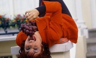 Moteris valgo vynuoges