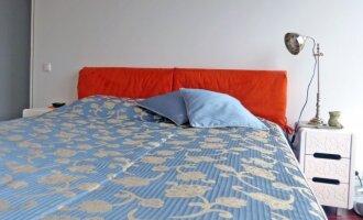 Miegamojo su originalia drabužine idėja