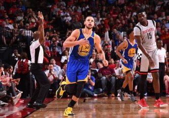 """NBA naktis: fenomenalią gynybą pademonstravę """"Warriors"""" atlaikė Hjustono ekipos šturmą"""
