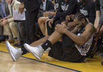 """Dar kartą K. Leonardo netekę """"Spurs"""" iššvaistė 25 taškų persvarą ir nusileido """"Warriors"""""""