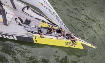 """""""Volvo Ocean Race"""" dalyviai murkdosi be vėjo vos kelių mylių atstumu"""