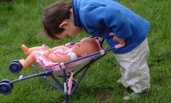 Berniukas žaidžia mergai