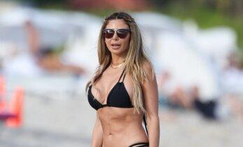 Kim Kardashian draugė sužėrėjo paplūdimyje: keturių vaikų mamytės figūra kaip magnetas traukė dėmesį