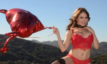 Erotikos deivė E. Jordan gerbėjams padovanojo karštą dovaną Valentino dienos proga