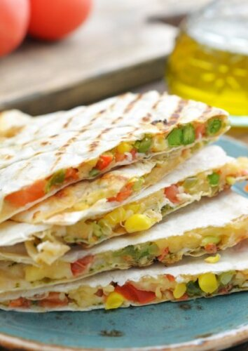 Tortilijų sumuštinis su sūriu ir daržovėmis