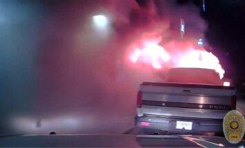 Teksase policijos pareigūnai nuo restorano nustūmė degantį automobilį