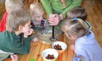 """Vaikai gamina saldumynus kartu su auklėtoja. Darželio """"Šviesos slėnis"""" nuotr."""