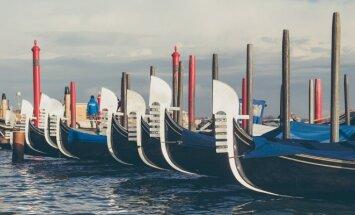 Venecijos miesto simbolis - gondolininkas ir jo gondola