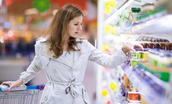 Moteris apsiperka prekybos centre