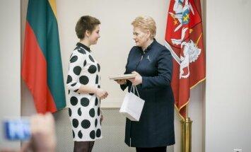 Apdovanojimą atsiima Ieva Krivickaitė