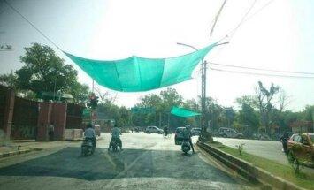 Sankryžose vairuotojus saugo pavėsinės