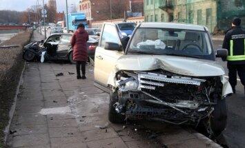 Kaune didelė BMW ir visureigio avarija: vairuotojai liko prispausti
