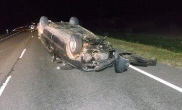 Tragiška savaitė keliuose: girtas vairuotojas neteko draugo, o apvirtęs autobusas prispaudė žmones