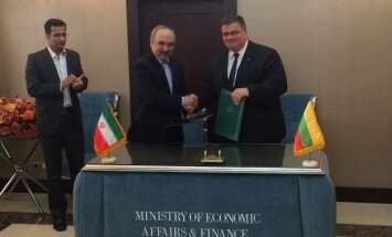Lithuanian Foreign Minister Linas Linkevičius (right) and Iran's Deputy Minister for Finance Mohammad Khazaei signed an intergovernmental agreement on economic cooperation