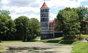 Neseniai baigta renovuoti Panemunės pilis išsiskiria pilka spalva