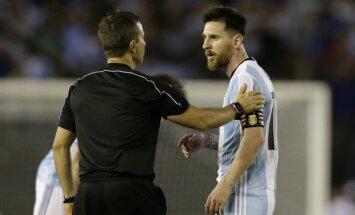 Lionelis Messi ir teisėjas Emersonas Augusto de Carvalho