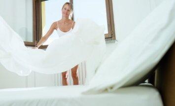Moteris kloja lovą