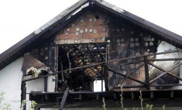 Tragedija Karmėlavoje: tėvas šovė į dukrą, jos draugą ir sudegino namą
