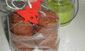 Šokoladiniai sausainiai su lazdynų riešutų nuga ir migdolais