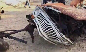 40 metų po smėliu prie jūros išbuvusį Jeep Wagoneer smarkiai paveikė drėgmė