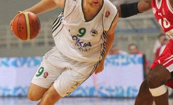 Ramūnas Šiškauskas (Panathinaikos) veržiasi pro Henry Domercantą (Olympiakos)