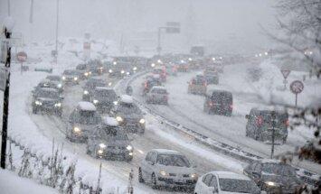Sniegas sutrikdė eismą Prancūzijos Alpių regione