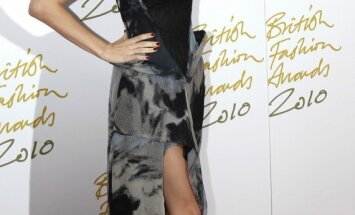 Modelis Kelly Brook. Britų mados apdovanojimai.