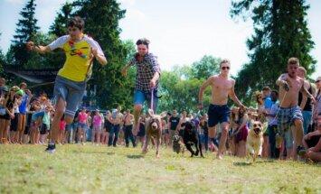 """Azartiškos keturkojų lenktynės """"Bliuzo naktyse"""". Gyvūnų gerovės iniciatyvų nuotr."""