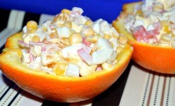 Apelsinų ir krabų lazdelių mišrainė