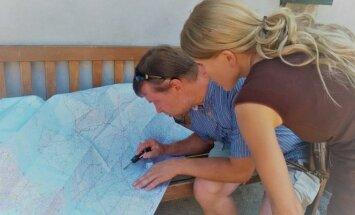 Anna Wollenzien-Kamin checking Lithuanian map