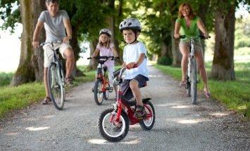 Vaikai šalmus dėvi, o suaugę dažnai tam neskiria dėmesio
