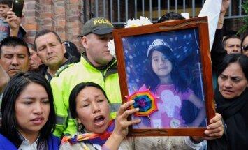 Žmonės Kolumbijoje gedi nužudytos septynmetės