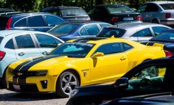 Geltonas Chevrolet Camaro Palangoje išsiskiria iš minios