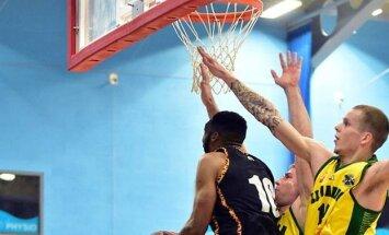 Londono Lituanica krepšininkai ginasi prieš varžovą