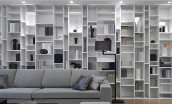Ne visas lentynėles būtina užpildyti. Nepergrūstas, šviesus baldas kambariui suteiks didesnės erdvės pojūtį.