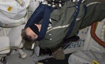 Astronautas Piersas Sellersas ilsisi savo miegmaišyje