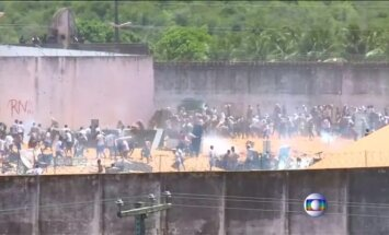 Nufilmuoti Brazilijos kalėjimuose kilę besivaržančių gaujų susirėmimai