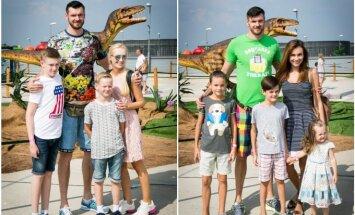 Kairėje – Darjušas Lavrinovičius su žmona Edita bei sūnumis, dešinėje – Kšyštofas Lavrinovičius su žmona Tatjana ir atžalomis