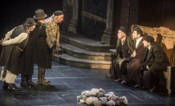 Scena iš J. Vachtangovo teatro spektaklio Nusišypsok mums, Viešpatie